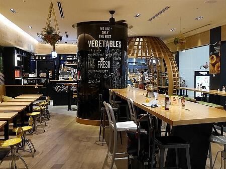 羽田空港 おすすめグルメ エッグセレント・バイツ エッグタルト メルセデスベンツ カフェ 店内 席