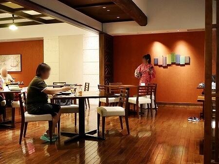 宮古島旅行記 宮古島東急ホテル&リゾーツ やえびし 沖縄料理 夕食 レストラン 店内 三線 歌 民謡 生演奏
