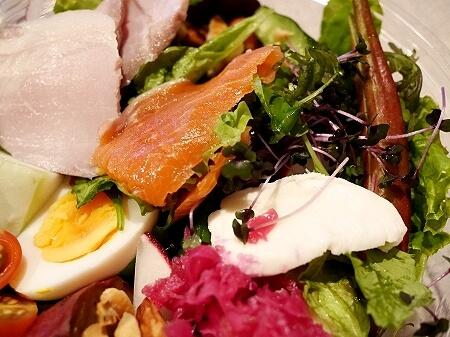 アプリ「menu」でテイクアウト DRAWING HOUSE OF HIBIYA ドローイングハウスオブヒビヤ ミッドタウン日比谷 おすすめレストラン 銀座 シェフおすすめ30品目のパレットサラダ