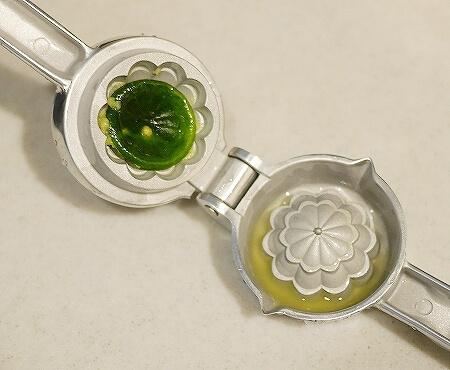 シークワーサーにおすすめ 貝印 セレクト100 ミニしぼり 絞り器 レモン絞り KAI しぼり SELECT100 シークヮーサー 皮ごと 絞り方